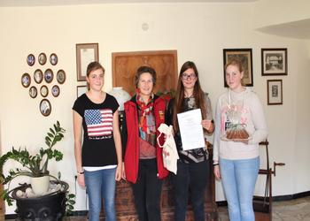 Viktorija v družbi dijakinj in ravnateljice iz gospodnijske šole (Landwirtschafltiche Fachschule Drauhofen)